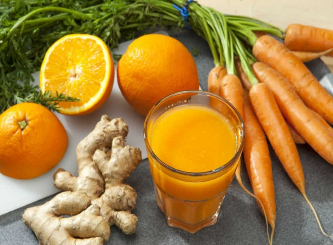 suco laranja detox com limao e cenoura e maca e gengibre e agua de coco para secar barriga